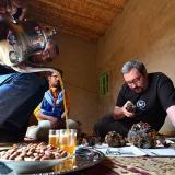 Examinando vanadinitas de Taouz mientras tomamos té. G. Sobieszek photo. (Autor: Josele)