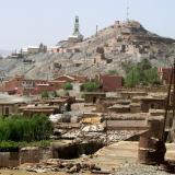 El pueblo de Bou Azzer con las instalaciones de las minas visibles en la ladera de la colina. Fot. K. Dembicz. (Autor: Josele)