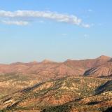 En las colinas en primer plano se encuentran los basaltos que contienen ágata, cuarzo, amatista y goethita. Al fondo, el Alto Atlas. Fot. K. Dembicz. (Autor: Josele)