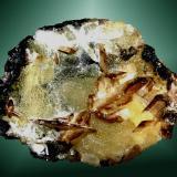 Cerusita + Smithsonita Touissit, Oujda, Marruecos 6,4x4,0x2,5 cm. / cristal pral.: 1,4x0,8x0,1 cm. Cristales laminares maclados, transparente, ligeramente ahumados, sobre smithsonita botrioidal amarilla. Ejemplar de 1979 (M. Ibrahim) (Autor: Carles Curto)