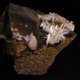 Cerusita<br />Mina Luis, filón Norte, Minas del General, Cabezarrubias del Puerto, Ciudad Real, Castilla-La Mancha, España<br />7,5 x 5,5 x 6 cm.  Cristales de hasta 2,3 cm.<br /> (Autor: Nacho)