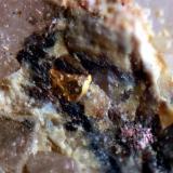 """Oro y bismuto nativos Mina """"Cogolla Alta"""", Belalcázar, Córdoba, Andalucía, España Cristal de oro de 0,5 mm. El bismuto presenta la típica alteración rosácea (Autor: Inma)"""