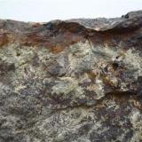Costra de óxidos de hierro, debida a la alteración de la roca. Las Palmas, Gran Canaria, España Ancho de imagen 10 cm En este caso los óxidos de hierro se desparraman por la superficie de la roca en forma de dendritas (Autor: María Jesús M.)