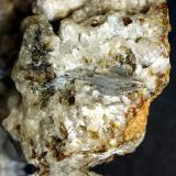 Vanadinita sobre smithonita. Mina La Constante, Santa Marta, Badajoz, Extremadura, España. Cristal mayor de 2 cm (Autor: Antonio Carmona)