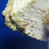 Scheelita Cantera La Saludadora,Valdemanco, Madrid, España 0.5 cm Detalle de un pequeño cristal estriado de scheelita, de la parte trasera del ejemplar. (Autor: yowanni)