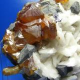 Blenda acaramelada Las Mánforas, Áliva, Cantabria, España 1.5 cm el cristal mayor Detalle de los cristales de blenda (Autor: yowanni)