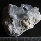 Celestina Majunga, Madagascar 3'5 x 3'5 cm. Agregado cristalino con un cristal bien formado: un prisma de base romboidal y punta con varias facetas. (Autor: prcantos)