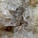 Zeolitas Costa de Agaete. Gran Canaria. España. Ancho de imagen 1 cm. A un tercio de la base, hay un cristal de una probable facolita. (Autor: María Jesús M.)