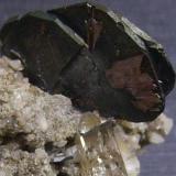 Hematites y rutilo Val Curnera, Tavetsch, Graubunden, Suiza 4 x 3,5 x 3,5 cm. Detalle de la pieza anterior (ampliación digital). El cuarzo está atravesado por un pequeño cristal de hematites (Autor: Antonio Alcaide)