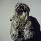 Almandino (Granates) en matriz. Mina de Bama, Touro, A Coruña, Galicia, España. Muestra de 8 x 5 x 3,5 cm. Cristal de granate 3,3 x 3,3 cm. (Autor: Rafael varela olveira)