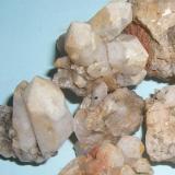 Cuarzo y anatasa Cerros de la Sierrilla - Cáceres capital - Cáceres - Extremadura - España varias medidas Puede observarse como en uno de los cristales de cuarzo se aprecia un cristal de anatasa. (Autor: Antonio GG)