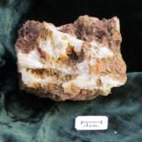 Thomsenolita (y quizás Pachnolita) Ivigtut, Groenlandia 5,5 x 4,5 x 4,5 cm masiva y en cristales. La superficie tiene una capa de óxidos de hierro, típico en muchas piezas de Ivigtut. (Autor: Kaszon Kovacs)