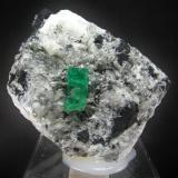 Berilo ( Esmeralda ) Mina Chivor - Chivor - Boyacá - Colombia 7.5 x 6 cm - Cristal de 1.9 cm (Autor: Diego Navarro)