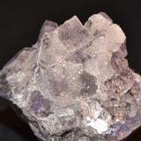 Fluorita y cuarzo Cuetu l´Aspa, Berbes. Ribadesella, Asturias, España 6 x 5 x 5 cm. Fluorita con una pátina muy brillante de micro cristales de cuarzo (Autor: Quexigal)