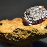 Fluorita La Collada, Siero, Asturias, España 7 x 4 Cm. cristal  de 2,5 cm. de arista sobre arenisca (Autor: Quexigal)