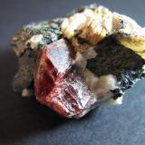 Zircón Skardu, Baltistan, Gilgit-Baltistan, Pakistán 1'7 x 1 cm. (x 0'6 cm. de grosor) Zircón de intenso color rojo en matriz de pegmatita. (Autor: prcantos)