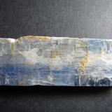 Cianita (cara frontal) Brasil 4 x 1'4 cm. Cristal tabular de intenso color azul.  Probablemente de Minas Gerais. (Autor: prcantos)