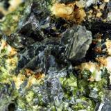 """Axinita-(Fe) y grosularia verde Mina """"El Mico"""", nº 7333, Paraje """"Cuesta de Carboneros"""", Córdoba, Andalucía, España. Enfoque 1,5 x 1,5 cm. Otra vista del ejemplar anterior (Autor: Antonio Carmona)"""
