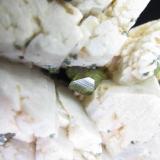 Titanita (detalle del anterior) Imilchil, Alto Atlas, Marruecos 8 x 5 mm. el cristal principal Detalle del cristal principal de titanita.  Muchos otros menores en la superficie de los cristales de feldespato. (Autor: prcantos)