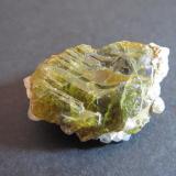 Titanita Imilchil, Alto Atlas, Marruecos 3 x 2 cm. Un cristal escalonado sobre matriz. (Autor: prcantos)