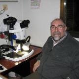 Manuel de Torres con su microscopio ya automatizado (Autor: Oscar Fernandez)