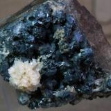 Esfalerita, Baritina Elmwood mine, Carthage, Tennessee, USA 5 x  3,5 cm. Flor de baritina sobre esfalerita (Autor: molsina)