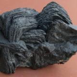 Calcita, Jamesonita Herzsa, Transilvania (hoy Rumanía) 8 x 4 x 4 cm La calcita es negra por inclusiones de agujas de jamesonita. En la parte de atrás hay también galena. En la siguiente imagen se ve un dibujo de la unidad que forma este grupo curioso. (Autor: Kaszon Kovacs)