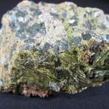 Epidota Casterner de les Olles, Tremp, Lérida, Cataluña, España 6 x 4 cm. Vista trasera. La parte posterior del mismo fragmento contiene muchos cristales aciculares. (Autor: prcantos)