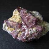 Elbaita (miembro del grupo de la turmalina, variedad Rubelita) Brasil 4'5 x 3 cm. Cristales de color rosa en una pegmatita con escamas de mica. (Autor: prcantos)