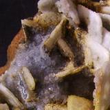 Barita, calcita Minas El Conjuro, Busquístar, Granada, Andalucía, España 9,5 x 6,5 x 4 cm Detalle de los cristales algo azulados de calcita a la izquierda de la foto. (Autor: Antonio Alcaide)