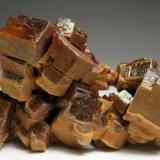 Vanadinita Mibladen, Midelt, Khenifra Province, Meknès-Tafilalet Region, Marruecos 5 x 3,5 x 2,5 cm Cristales de hasta 1,5 cm. recubiertos de manera selectiva -por un lado- por una segunda generación de vanadinita microcristalina. Pieza flotante (Autor: Antonio Alcaide)