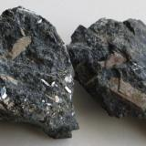 Murmanita Península Kola, Rusia 4 x 3 x 2 & 5 x 3 x 1,5 cm cristal más grande: 1,5 x 0,5 cm (Autor: Kaszon Kovacs)