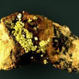 Autunita Mina El Pedregal, Albuquerque, Tres Arroyos, Badajoz, Extremadura, España 4,5 x 2,8 x 2,7 cm. / cristal pral.: 0,3 x 0,3 x 0,0 cm. Pequeños cristales laminares diseminados en matriz pizarrosa. Ejemplar de 1971 (Autor: Carles Curto)
