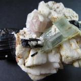 Turmalina, berilo, apatito y feldespato Norte de Pakistán 5 x 6'5 cm. Otra vista de la parte de los cristales. (Autor: prcantos)