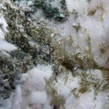 Epidota-Clinozoisita y Ortosa Cantera Blanco Aurora, Sieteiglesias, Madrid, España 6 x 4 cm.  Parte trasera de la Apofilita publicada el 16/4/13 (Autor: javier ruiz martin)