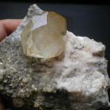 Calcita Minas de La Florida,La Florida, Cantabria, España 15cm x 13cm cristal mayor 4cm x 4,5cm detalle del cristal pieza anterior (Autor: PabloR)