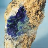 Azurita sobre calcita<br />Mina Teresita (Mina Aramo; Minas de Texeo), Llamo, Riosa, Comarca de Oviedo, Asturias, Principado de Asturias, España<br />8 x 5 cm.<br /> (Autor: minero1968)