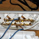Y aquí alimentados los conectores de la regleta. Uno se abre desde el relé, el otro está permanentemente conectado (Autor: Oscar Fernandez)