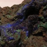 Azurita, Malaquita Er Rich, Azrou, Meknès-Tafilalet , Marruecos largo 6 cm , alto 4.5 cm , ancho 3.5 cm  Foto en la que se puede apreciar la cristalización de la azurita y a la derecha la malaquita (Autor: DiegoToledo)