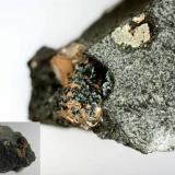 Pumpellita Paterson, Passaic County, New Jersey, Estados Unidos 2 x 1'5 cm. el fragmento completo Un pequeño fragmento de basalto (abajo a la izquierda) con pumpellita en las cavidades (ampliación). (Autor: prcantos)