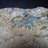 Talco y dolomita Güéjar-Sierra, Granada, Andalucía, España 4 cm. ancho de campo Detalle de la pieza anterior.  Los cristales de talco muestran cierta disposición radial (izquierda de la fotografía). (Autor: prcantos)