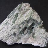 Actinolita y talco Wrightwood, San Gabriel Mts, San Bernardino County, California, Estados Unidos 5 x 5 cm. Cristales verdes de actinolita en matriz de talco blanco. (Autor: prcantos)