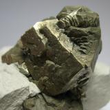 Pirita TXI Cement Quarry, Ellis Co., Texas, EEUU 13 x 8 x 8 cm Detalle de los cristales. Crecimientos en las caras del cubo y curiosos crecimientos cuboctaédricos en las caras del octaedro (Autor: Antonio Alcaide)