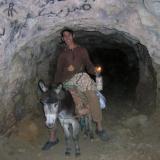 Chavalín que trabaja acarreando galena. Bueno, el burro también merece un reconocimiento. (Autor: Gonzalo Garcia)