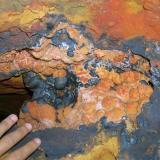 Detalle de vanadinita microXX sobre hollandita. Los mineros viven alli mismo y venden material. No tienen ningún inconveniente en mostrar la mina (Autor: Gonzalo Garcia)