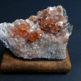Grossularia var. hessonita Jeffrey Mine, Asbestos, Quebec, Canadá 7 x 5,5 x 2,5 cm Los cristales presentan las típicas modificaciones trapezoédricas con líneas de crecimiento. Los granates más pequeños son casi incoloros. (Autor: Antonio Alcaide)