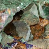 Malaquita pseudomórfica tras azurita, azurita Tsumeb, Otjikoto Region, Namibia 6,5 x 5 x 5 cm Detalle de los cristales principales en la geodilla (Autor: Antonio Alcaide)