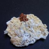 Genthelvita, cuarzo, calcita, dolomita, magnetita Huanggang Mine, Hexigten Banner, Chifeng, Inner Mongolia, China 6 x 4,5 x 2 cm Grupo de cristales de genthelvita formados por tetraedros truncados sobre dolomita. Pequeños cristales de cuarzo con crecimientos uniaxiales. Por la parte de atrás, curiosa magnetita masiva que presenta el molde negativo de posiblemente prismas de calcita (Autor: Antonio Alcaide)