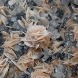 Barita, Cerusita y Galena. Mibladen, Midelt, Khénifra, Meknès-Tafilalet, Marruecos. 11 x 9 x 2 cm. Detalle pieza anterior. La rosa de Barita hace un cm. aproximadamente. (Autor: Carles Rubio)