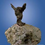 Silver, erythrite, embolite Les Chalanches - Isère - France embolite = Ag(Br,Cl) La Victoire de Samothrace... (Author: Roger Warin)